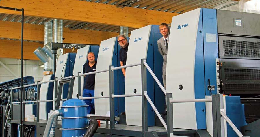 Rapida 164 в печатном цеху. На фотографии сервис-инженеры KBA-Sheetfed с генеральным менеджером «Printcenter Eesti» Стеном Сеене.