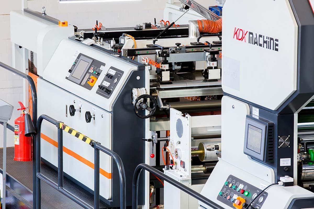 Автоматический ламинатор KMM-1050DW в типографии «Индустрия Цвета»